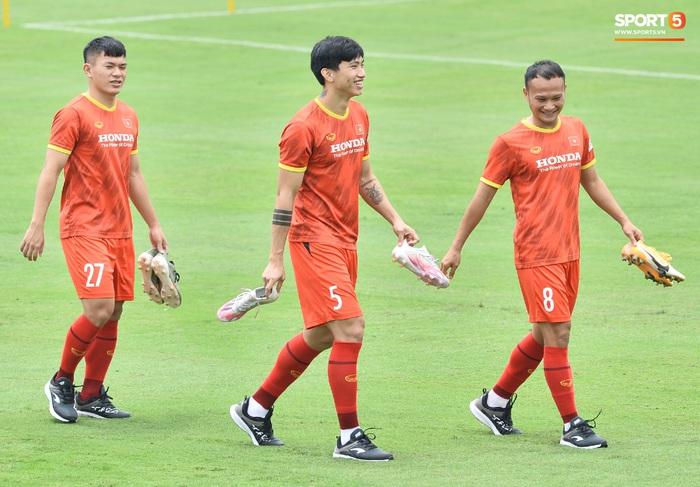 Bùi Tiến Dũng nhăn nhó khi bị HLV Park Hang-seo lôi cổ, tách khỏi nhóm với Đình Trọng - Ảnh 11.