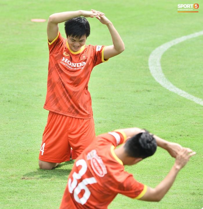 Bùi Tiến Dũng nhăn nhó khi bị HLV Park Hang-seo lôi cổ, tách khỏi nhóm với Đình Trọng - Ảnh 8.
