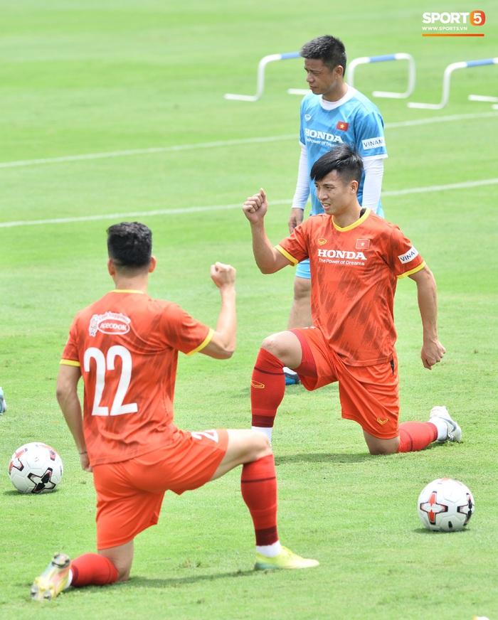 Bùi Tiến Dũng nhăn nhó khi bị HLV Park Hang-seo lôi cổ, tách khỏi nhóm với Đình Trọng - Ảnh 10.