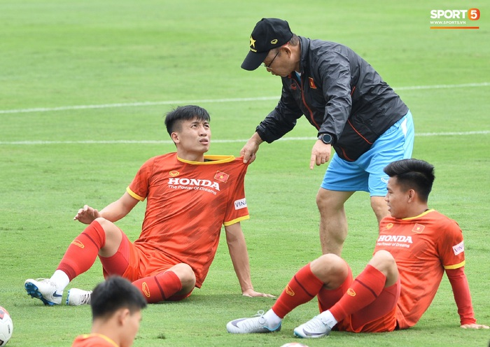 Bùi Tiến Dũng nhăn nhó khi bị HLV Park Hang-seo lôi cổ, tách khỏi nhóm với Đình Trọng - Ảnh 2.