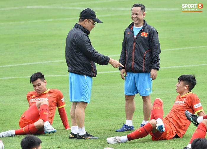 Bùi Tiến Dũng nhăn nhó khi bị HLV Park Hang-seo lôi cổ, tách khỏi nhóm với Đình Trọng - Ảnh 4.