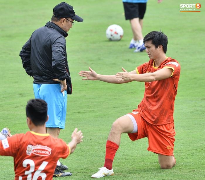 Bùi Tiến Dũng nhăn nhó khi bị HLV Park Hang-seo lôi cổ, tách khỏi nhóm với Đình Trọng - Ảnh 9.