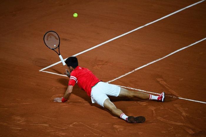 Djokovic đổ máu để đại chiến Nadal tại bán kết Roland Garros - Ảnh 2.