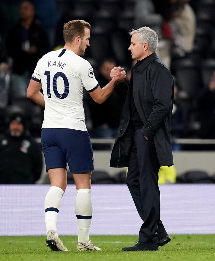 """Vẫn """"cay cú"""" Tottenham, Jose Mourinho xúi Harry Kane """"hãy chơi bóng ở nơi khiến cậu hạnh phúc"""" - Ảnh 3."""