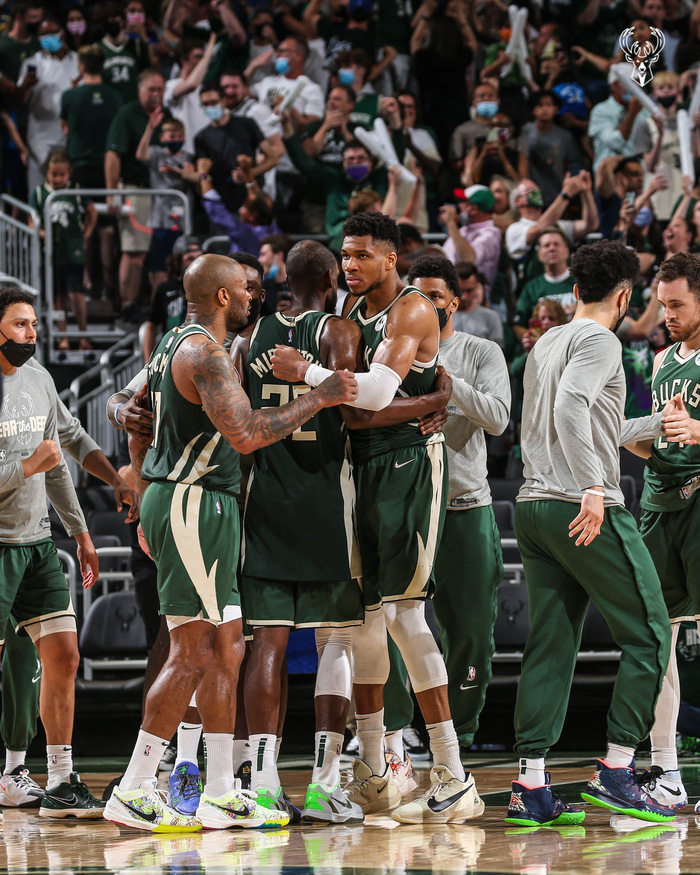 Giannis Antetokounmpo và Khris Middleton thay nhau oanh tạc rổ giúp Bucks giữ lại chiến thắng sân nhà - Ảnh 1.