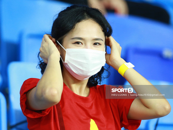 CĐV Việt Nam xinh đẹp tươi tắn cổ vũ tuyển Việt Nam đấu Malaysia - Ảnh 1.