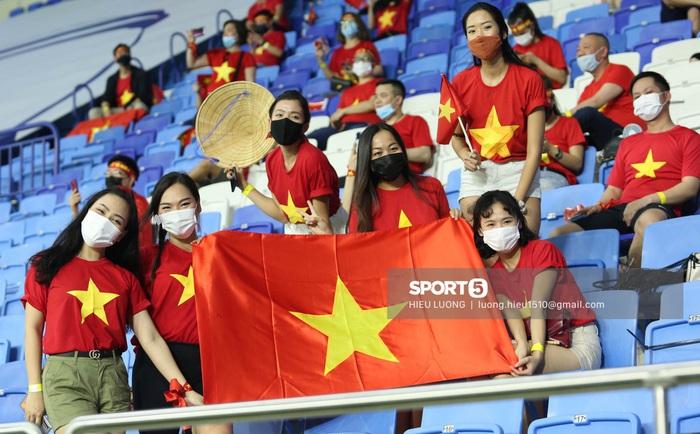 CĐV Việt Nam xinh đẹp tươi tắn cổ vũ tuyển Việt Nam đấu Malaysia - Ảnh 2.