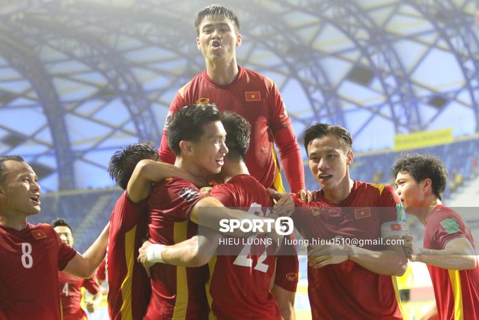 HLV Park Hang-seo quỳ gối chỉ đạo chiến thuật cho đội tuyển Việt Nam - Ảnh 10.