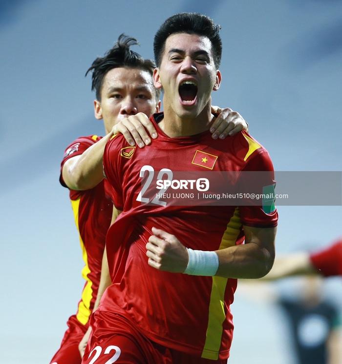 Thắng nghẹt thở Malaysia 2-1, tuyển Việt Nam tiến gần đến vòng loại cuối cùng World Cup 2022 - Ảnh 2.