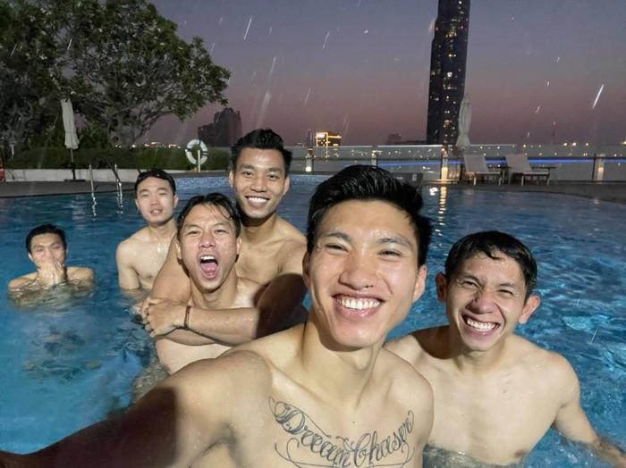 Tuyển Việt Nam vui đùa thoả thích bên bể bơi thư giãn sau chiến thắng Malaysia - Ảnh 2.