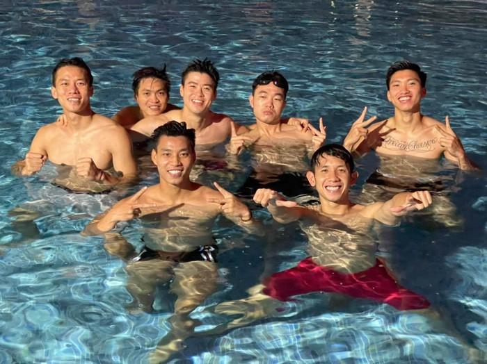 Tuyển Việt Nam vui đùa thoả thích bên bể bơi thư giãn sau chiến thắng Malaysia - Ảnh 1.