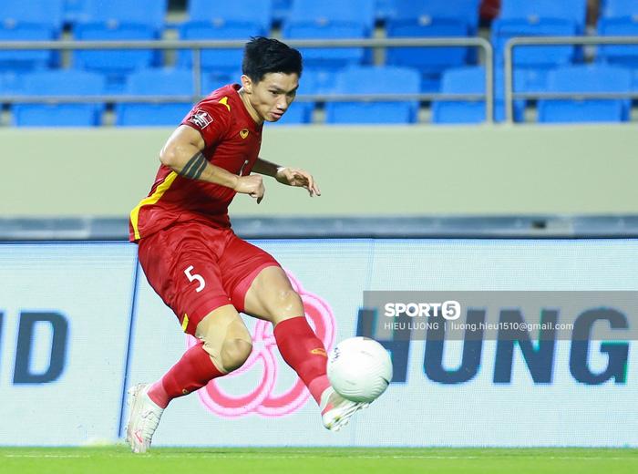Văn Hậu thi đấu lăn xả như chưa hề chấn thương, hai lần làm tuyển Việt Nam thót tim - Ảnh 1.