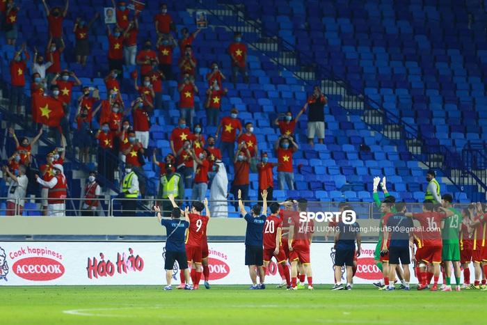 Tuyển Việt Nam trao nhau những cái ôm thắm thiết sau trận thắng Malaysia - Ảnh 7.