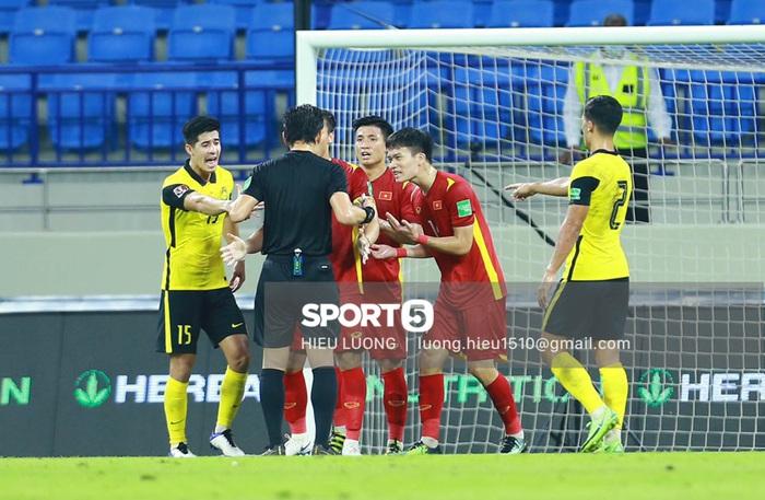 Độc quyền: Văn Hậu phạm lỗi, tuyển Việt Nam nhận bàn thua trước Malaysia - Ảnh 7.