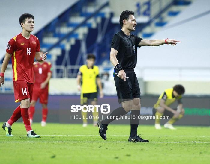 Độc quyền: Văn Hậu phạm lỗi, tuyển Việt Nam nhận bàn thua trước Malaysia - Ảnh 9.
