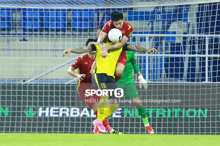 Độc quyền: Văn Hậu phạm lỗi, tuyển Việt Nam nhận bàn thua trước Malaysia - Ảnh 1.