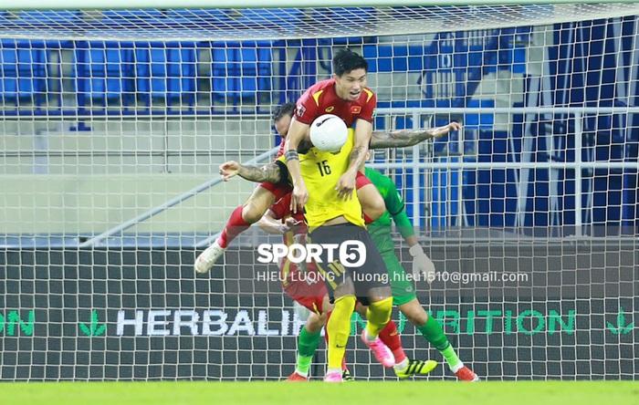 Độc quyền: Văn Hậu phạm lỗi, tuyển Việt Nam nhận bàn thua trước Malaysia - Ảnh 2.