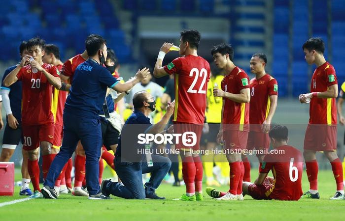 HLV Park Hang-seo quỳ gối chỉ đạo chiến thuật cho đội tuyển Việt Nam - Ảnh 1.