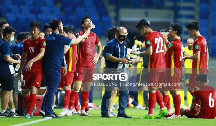 HLV Park Hang-seo quỳ gối chỉ đạo chiến thuật cho đội tuyển Việt Nam - Ảnh 5.