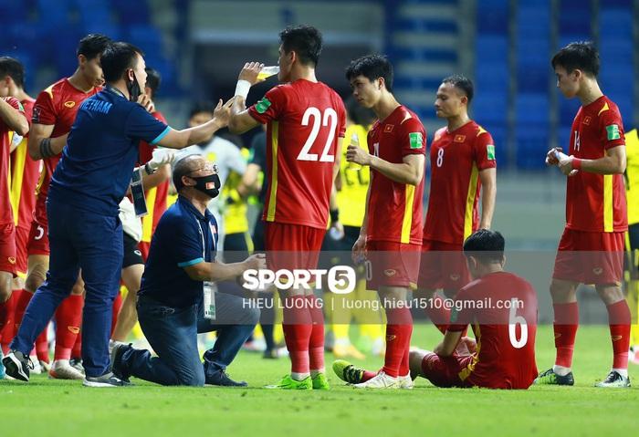 HLV Park Hang-seo quỳ gối chỉ đạo chiến thuật cho đội tuyển Việt Nam - Ảnh 2.