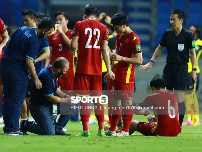 HLV Park Hang-seo quỳ gối chỉ đạo chiến thuật cho đội tuyển Việt Nam - Ảnh 3.