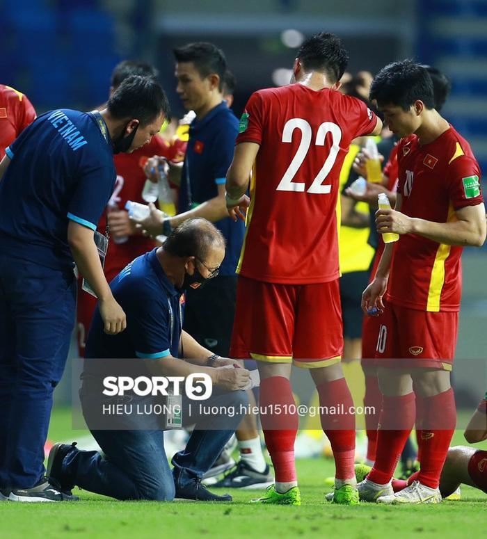 HLV Park Hang-seo quỳ gối chỉ đạo chiến thuật cho đội tuyển Việt Nam - Ảnh 4.
