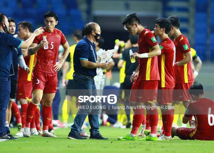 HLV Park Hang-seo quỳ gối chỉ đạo chiến thuật cho đội tuyển Việt Nam - Ảnh 6.