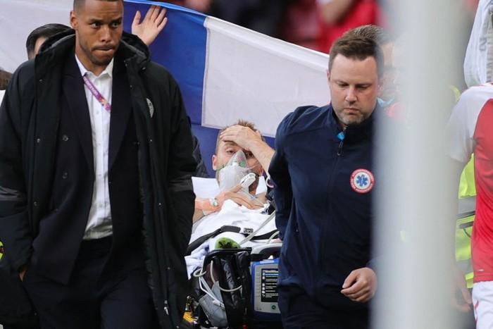 Đồng đội và fan suy sụp, bật khóc nức nở khi chứng kiến Eriksen ngã gục xuống sân - Ảnh 10.