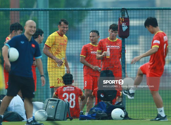 Tuấn Anh vẫn đi tập tễnh, khó tham dự trận UAE - Việt Nam - Ảnh 3.