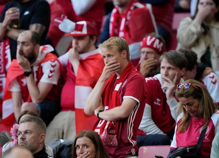 Đồng đội và fan suy sụp, bật khóc nức nở khi chứng kiến Eriksen ngã gục xuống sân - Ảnh 7.