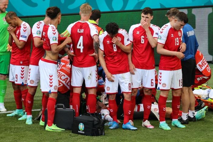 Đồng đội và fan suy sụp, bật khóc nức nở khi chứng kiến Eriksen ngã gục xuống sân - Ảnh 2.