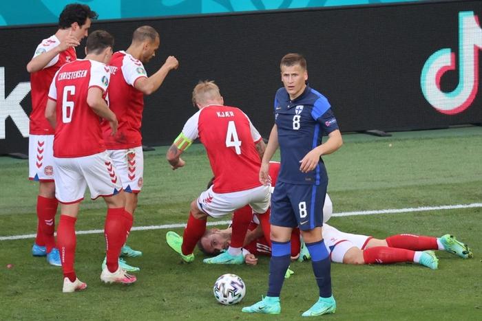 Đồng đội và fan suy sụp, bật khóc nức nở khi chứng kiến Eriksen ngã gục xuống sân - Ảnh 1.