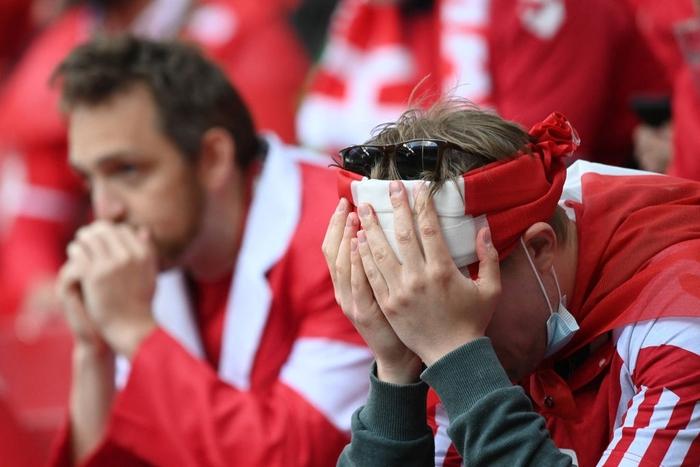 Đồng đội và fan suy sụp, bật khóc nức nở khi chứng kiến Eriksen ngã gục xuống sân - Ảnh 8.