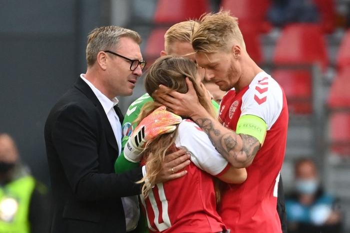 Đồng đội và fan suy sụp, bật khóc nức nở khi chứng kiến Eriksen ngã gục xuống sân - Ảnh 5.