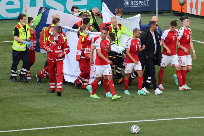Đồng đội và fan suy sụp, bật khóc nức nở khi chứng kiến Eriksen ngã gục xuống sân - Ảnh 9.