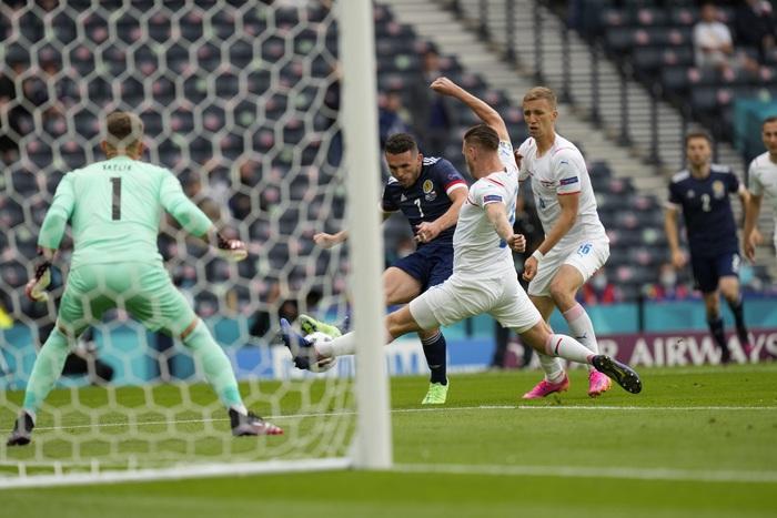 Siêu phẩm giữa sân giúp CH Czech nhấn chìm tuyển Scotland - Ảnh 4.