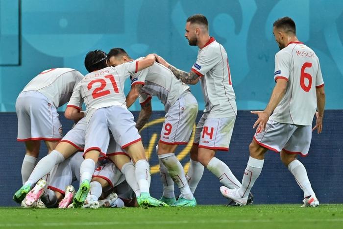 Lão tướng 38 tuổi làm nên lịch sử khi ghi bàn đầu tiên cho Macedonia ở Euro, CĐV vỡ òa trong hạnh phúc, hân hoan không nói nên lời - Ảnh 3.