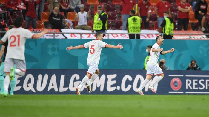 Lão tướng 38 tuổi làm nên lịch sử khi ghi bàn đầu tiên cho Macedonia ở Euro, CĐV vỡ òa trong hạnh phúc, hân hoan không nói nên lời - Ảnh 2.