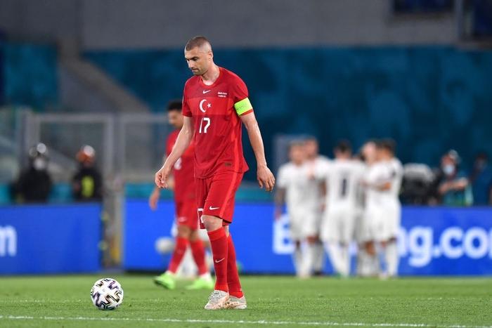 Xuất hiện anh chàng lãng mạn nhưng cơ hội nhất từ đầu mùa Euro đến giờ: Đi xem bóng đá bắt luôn cả vợ mang về - Ảnh 3.