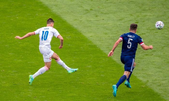 Xuất hiện ứng viên nặng ký cho bàn thắng đẹp nhất Euro 2020: Trai đẹp tung cú sút từ giữa sân khiến 98% khán giả chết lặng - Ảnh 1.