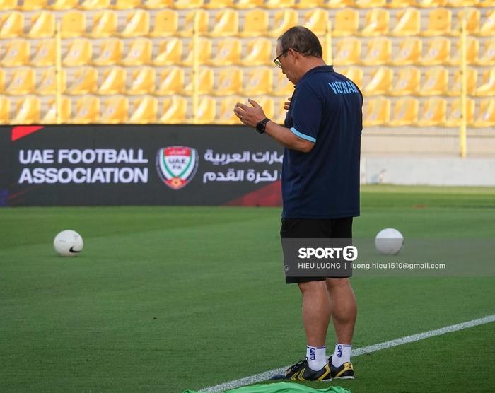 Thầy Park chơi khó ở buổi tập của tuyển Việt Nam, phóng viên UAE chán nản suýt bỏ về sớm - Ảnh 9.