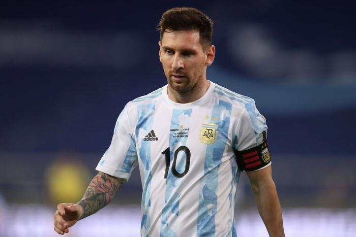 Messi nhận cú đúp quả đắng: Hết ngã bò ra sân vì đi bóng bất thành, còn bị hậu vệ đối phương lừa qua dễ như ăn kẹo - Ảnh 1.