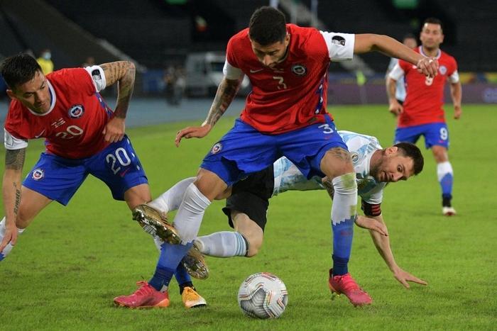 Messi nhận cú đúp quả đắng: Hết ngã bò ra sân vì đi bóng bất thành, còn bị hậu vệ đối phương lừa qua dễ như ăn kẹo - Ảnh 2.