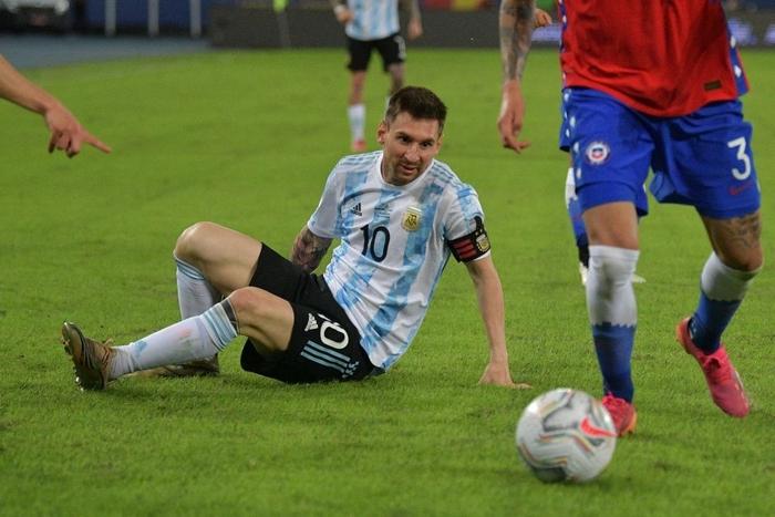 Messi nhận cú đúp quả đắng: Hết ngã bò ra sân vì đi bóng bất thành, còn bị hậu vệ đối phương lừa qua dễ như ăn kẹo - Ảnh 3.