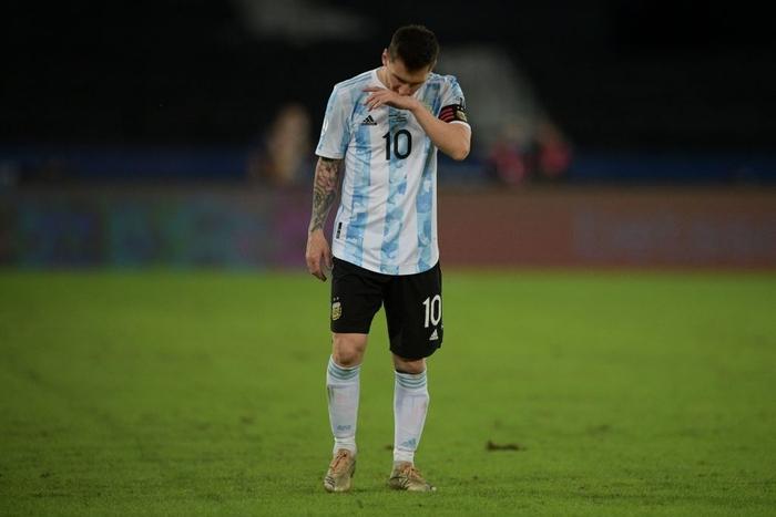 Messi nhận cú đúp quả đắng: Hết ngã bò ra sân vì đi bóng bất thành, còn bị hậu vệ đối phương lừa qua dễ như ăn kẹo - Ảnh 8.