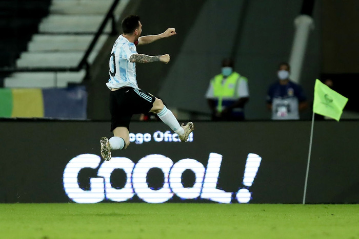 Messi nhận cú đúp quả đắng: Hết ngã bò ra sân vì đi bóng bất thành, còn bị hậu vệ đối phương lừa qua dễ như ăn kẹo - Ảnh 6.