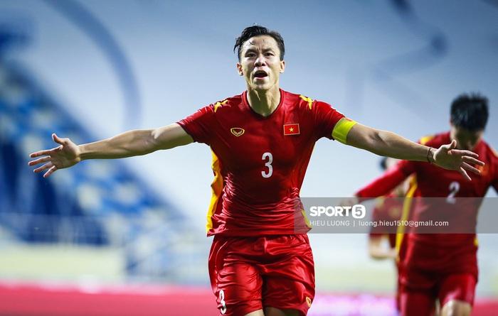 Báo Trung Quốc chê ban huấn luyện đội tuyển Việt Nam không đông đảo và chuyên nghiệp như tuyển Trung Quốc - Ảnh 1.