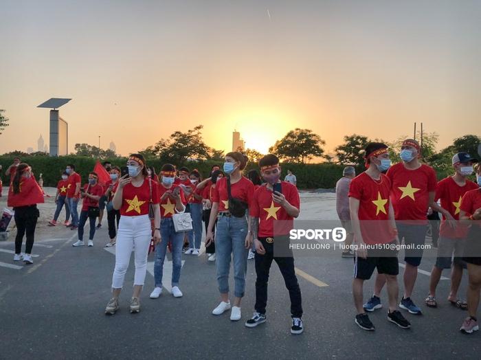 Fan Việt Nam xếp hàng dài vào sân, xóa tan nghi ngờ Hoàng tử UAE mua hết vé - Ảnh 10.