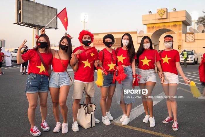 Fan Việt Nam xếp hàng dài vào sân, xóa tan nghi ngờ Hoàng tử UAE mua hết vé - Ảnh 9.