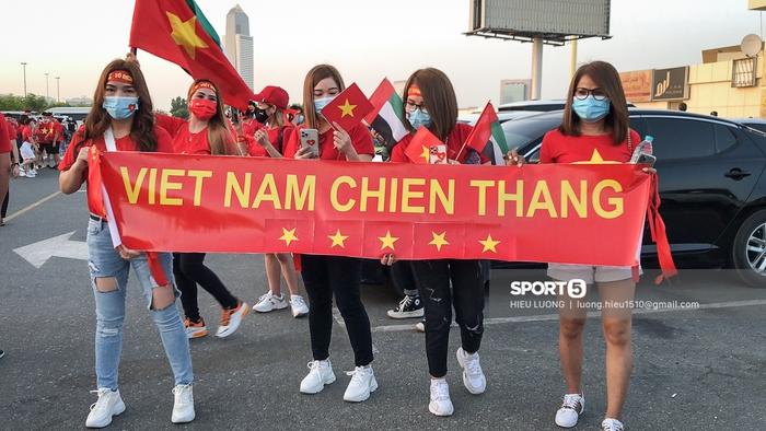 Fan Việt Nam xếp hàng dài vào sân, xóa tan nghi ngờ Hoàng tử UAE mua hết vé - Ảnh 7.